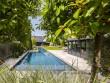Une piscine de 22 mètres de long dans un jardin privé