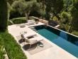 Se baigner dans une piscine contemporaine