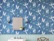 Un papier peint bleu foncé dans une salle de bains Art nouveau