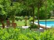 Une jolie piscine bordée d'une terrasse fleurie