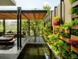 Un mur végétal en éléments de récupération