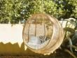 Un fauteuil suspendu en forme de cocon