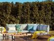 Un salon de jardin cosy au bord de la piscine