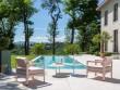 Un salon de jardin couleur sorbet au bord de la piscine