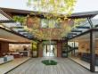 Une maison organisée autour d'un patio intérieur