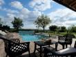 Une immense terrasse avec piscine