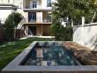 Une petite piscine citadine très élégante