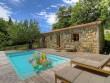 Une terrasse et une piscine ensoleillées