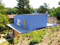 Une maison bleue respectueuse de son environnement