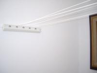 Installer un enrouleur de corde à linge