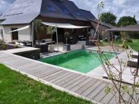 Un ensemble terrasse et piscine intégré au paysage