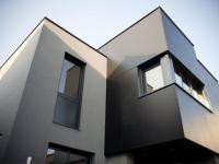 Une maison noire déstructurée