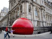 Une boule rouge géante à l'assaut de Paris
