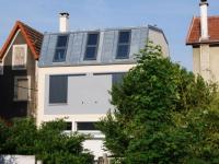 Une maison impose sa présence dans un tissu urbain dense