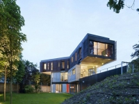 Une maison contemporaine perchée au-dessus d'une grotte
