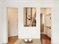 Du bois et des ouvertures mettent en lumière un appartement