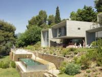 Maison d'architecte : quatre cubes réfléchissants fondus dans la végétation