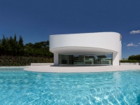 Maison d'architecte : un bijou blanc dans un écrin de verdure