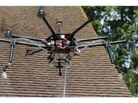 Quand les drones volent au secours de nos toitures pour les nettoyer