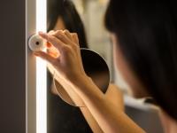 Un miroir avec caméra pour se voir devant et... derrière !