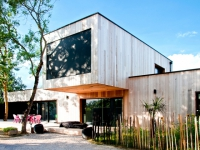 Une maison d'architecte construite entre les arbres