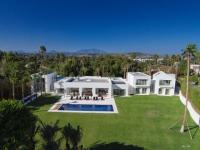 Une villa espagnole construite entre ombre et lumière