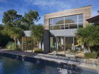 Du bois et une déco rétro pour une villa du Cap Ferret