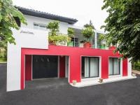 Isolation par l'extérieur : un rouge flamboyant pour la façade d'une maison basque
