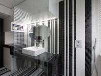 Une salle de bains graphique chic grâce à de la mosaïque