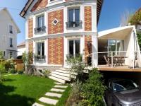 Une extension moderne en béton pour agrandir une maison bourgeoise