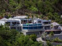 Une villa minérale à flanc de colline