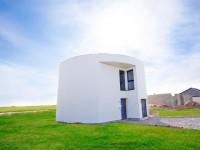 Une maison ronde à la façade ondulée