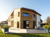Une maison bioclimatique en bois et béton