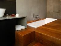 Douche à l'italienne et baignoire cascade pour une salle de bains façon spa