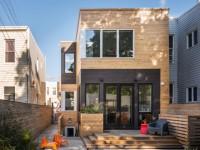 Trois cubes pour une maison de ville en bois spacieuse