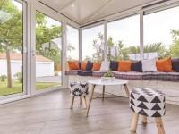Une véranda moderne pour protéger une terrasse du vent et du soleil