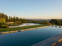 Cette piscine avec vue imprenable dissimule un fond mobile