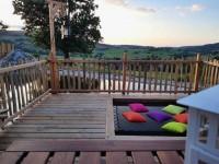 Un filet sur la terrasse comme un hamac au-dessus de l'eau