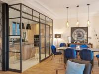 Une verrière intérieure magistrale pour une cuisine illuminée
