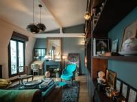 Repensé et habillé de bleu, cet appartement retrouve charme et cachet