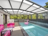 Un abri modulable pour profiter de sa piscine en toute saison