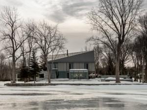 Une maison comme posée sur la glace