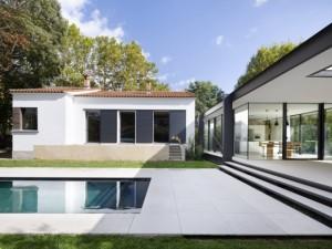 Une extension en verre modernise une maison des