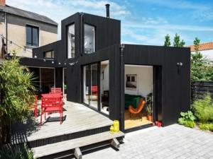 Une extension en bois noir pour deux fois plus