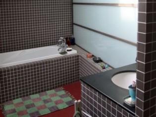 Sous les toits, une salle de bains ouverte