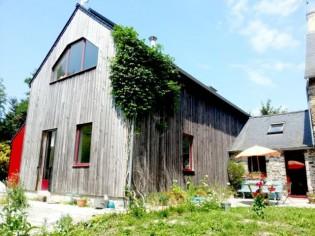Une maison d'hôte fait cohabiter béton, bois et pierre