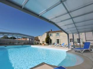 La pose d'un abri téléscopique sur une piscine en Charente
