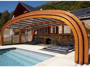 Un abri boisé et modulable habille une piscine de montagne