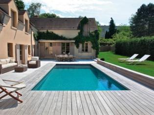 Une piscine familiale entre bois et pierre naturelle
