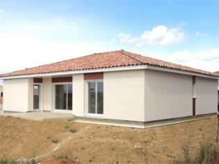 Une villa érigée grâce à un système constructif hybride bois/murs composites